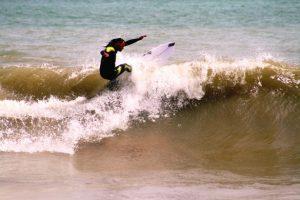 Surfen op de hoge golven voor de Peruaanse kust