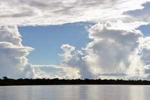 wolkenlucht boven rivier, puerto maldonado