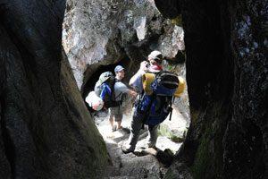 Een tunnel dwars door de bergwand tijdens de Camino Inca
