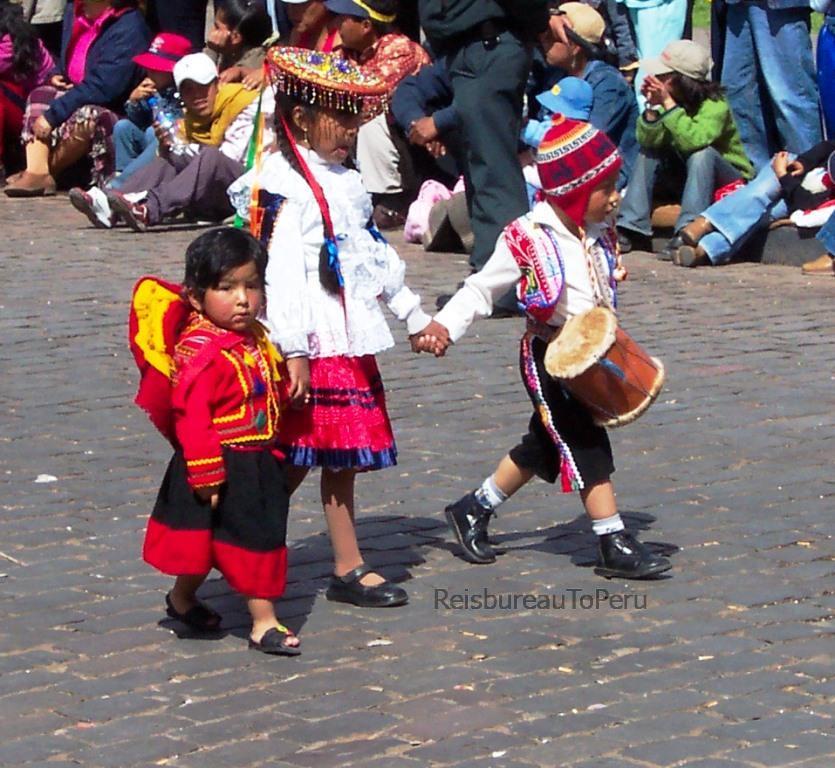 Verklede kinderen tijdens Inti Raymi feest Cuzco