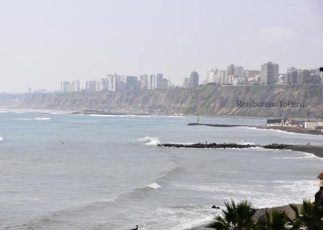 Uitzicht vanaf de wijk Barranco op de kustlijn van Lima