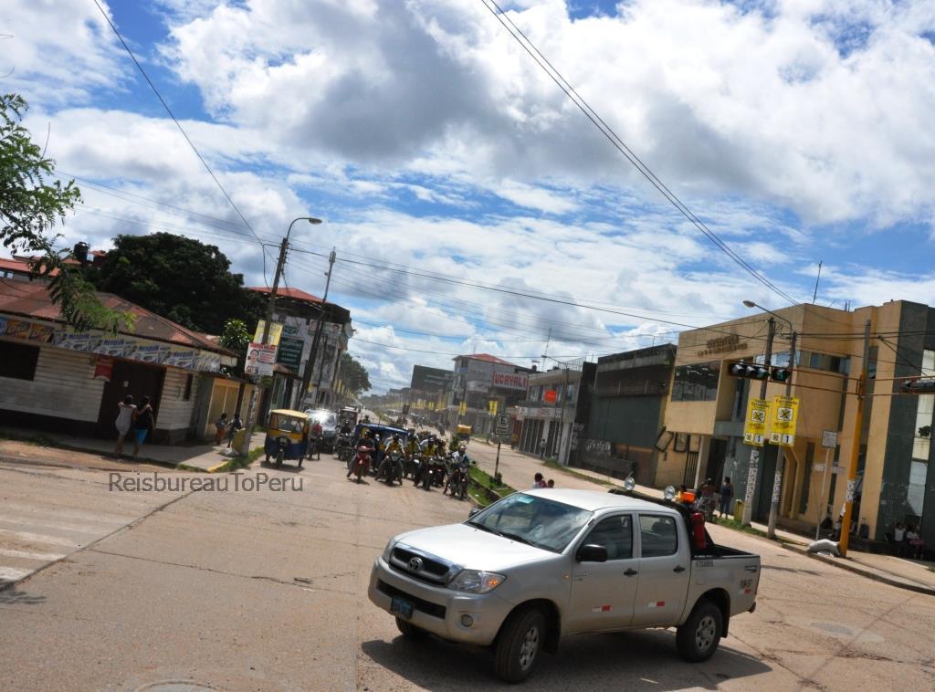 Wachtend verkeer op kruispunt Puerto Maldonado