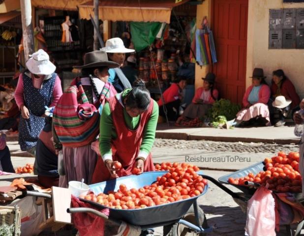 tomaten verkoop op de markt in Cuzco
